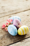 2 όλα τα αυγά Πάσχας έννοιας νεοσσών κάδων ανθίζουν τη χλόη χρωμάτισαν τις τοποθετημένες νεολαίες Στοκ εικόνα με δικαίωμα ελεύθερης χρήσης
