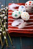 2 όλα τα αυγά Πάσχας έννοιας νεοσσών κάδων ανθίζουν τη χλόη χρωμάτισαν τις τοποθετημένες νεολαίες Χρωματισμένες αυγά και ιτιά γατ Στοκ φωτογραφίες με δικαίωμα ελεύθερης χρήσης