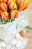 2 όλα τα αυγά Πάσχας έννοιας νεοσσών κάδων ανθίζουν τη χλόη χρωμάτισαν τις τοποθετημένες νεολαίες Στοκ φωτογραφία με δικαίωμα ελεύθερης χρήσης