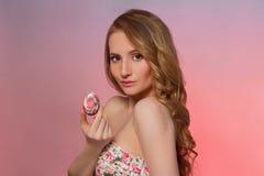 2 όλα τα αυγά Πάσχας έννοιας νεοσσών κάδων ανθίζουν τη χλόη χρωμάτισαν τις τοποθετημένες νεολαίες Πρότυπο κορίτσι ομορφιάς με τα  Στοκ Εικόνες