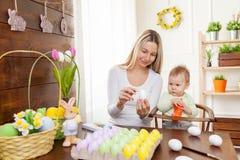 2 όλα τα αυγά Πάσχας έννοιας νεοσσών κάδων ανθίζουν τη χλόη χρωμάτισαν τις τοποθετημένες νεολαίες Ευτυχής μητέρα και το χαριτωμέν Στοκ Φωτογραφία