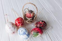 2 όλα τα αυγά Πάσχας έννοιας νεοσσών κάδων ανθίζουν τη χλόη χρωμάτισαν τις τοποθετημένες νεολαίες αυγά σε ένα ξύλινο υπόβαθρο, δι Στοκ εικόνα με δικαίωμα ελεύθερης χρήσης