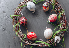 2 όλα τα αυγά Πάσχας έννοιας νεοσσών κάδων ανθίζουν τη χλόη χρωμάτισαν τις τοποθετημένες νεολαίες αυγά και στεφάνι σε ένα ξύλινο  Στοκ εικόνες με δικαίωμα ελεύθερης χρήσης