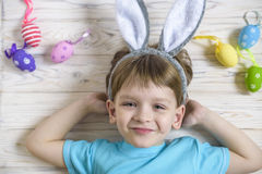 2 όλα τα αυγά Πάσχας έννοιας νεοσσών κάδων ανθίζουν τη χλόη χρωμάτισαν τις τοποθετημένες νεολαίες Ευτυχές χαριτωμένο παιδί που φο Στοκ εικόνα με δικαίωμα ελεύθερης χρήσης