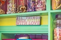 Όλα τα πράγματα δοκιμάζουν καλύτερα με την αγάπη Στοκ Φωτογραφίες