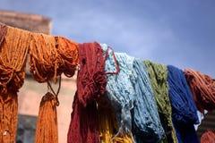 Όλα τα χρωματισμένα υφάσματα, που τίθενται για να ξεράνουν στοκ εικόνες με δικαίωμα ελεύθερης χρήσης