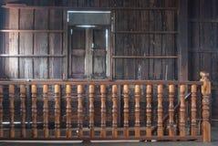 Όλη η ξύλινη κυρτή σκάλα με στενό επάνω λεπτομέρειας Στοκ φωτογραφία με δικαίωμα ελεύθερης χρήσης