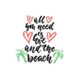 Όλη που χρειάζεστε είναι αγάπη και η παραλία - συρμένο χέρι απόσπασμα εγγραφής που απομονώνεται στο άσπρο υπόβαθρο Μελάνι βουρτσώ Στοκ Εικόνες