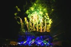 Όλοι ο συμμετέχων και ο χαιρετισμός σε Summber εκρήγνυνται το φεστιβάλ Στοκ Εικόνα