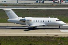 Όλο το άσπρο ιδιωτικό αεροπλάνο αεριωθούμενων αεροπλάνων Στοκ εικόνα με δικαίωμα ελεύθερης χρήσης