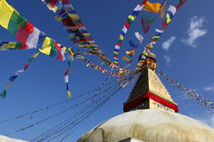 όλο το γιγαντιαίο χρυσό ημισφαίριο Κατμαντού Νεπάλ πρώτου πλάνου ματιών του Βούδα boudhanath που βλέπει το μικρότερο κορυφαίο λευ στοκ φωτογραφία με δικαίωμα ελεύθερης χρήσης