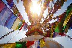 όλο το γιγαντιαίο χρυσό ημισφαίριο Κατμαντού Νεπάλ πρώτου πλάνου ματιών του Βούδα boudhanath που βλέπει το μικρότερο κορυφαίο λευ Στοκ Φωτογραφίες