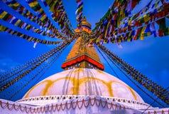 όλο το γιγαντιαίο χρυσό ημισφαίριο Κατμαντού Νεπάλ πρώτου πλάνου ματιών του Βούδα boudhanath που βλέπει το μικρότερο κορυφαίο λευ Στοκ Εικόνες