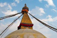 όλο το γιγαντιαίο χρυσό ημισφαίριο Κατμαντού Νεπάλ πρώτου πλάνου ματιών του Βούδα boudhanath που βλέπει το μικρότερο κορυφαίο λευ Στοκ Φωτογραφία