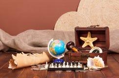 Όλο το ταξίδι: σφαίρα, σκάκι, παλαιοί χάρτης και πυξίδα σε καφετή Στοκ φωτογραφία με δικαίωμα ελεύθερης χρήσης