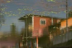ύδωρ αντανάκλασης σπιτιών Επιφάνεια μιας λίμνης πόλεων Στοκ Εικόνες