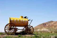 ύδωρ βαγονιών εμπορευμάτων κίτρινο στοκ εικόνες