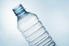 ύδωρ κλίσης μπουκαλιών Στοκ Φωτογραφίες
