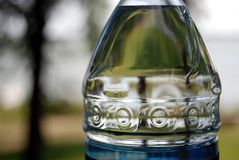 ύδωρ λιμνών μπουκαλιών Στοκ φωτογραφία με δικαίωμα ελεύθερης χρήσης