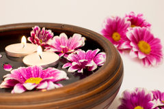 ύδωρ λουλουδιών κεριών Στοκ Φωτογραφίες