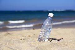 ύδωρ μπουκαλιών παραλιών στοκ φωτογραφία με δικαίωμα ελεύθερης χρήσης