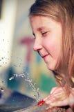 ύδωρ παιχνιδιού κοριτσιών Στοκ εικόνα με δικαίωμα ελεύθερης χρήσης