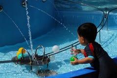 ύδωρ παιχνιδιού παιχνιδιών παιδιών Στοκ Φωτογραφίες