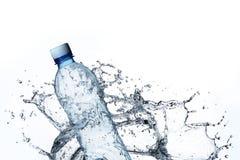 ύδωρ παφλασμών μπουκαλιών Στοκ Φωτογραφία