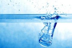ύδωρ παφλασμών πάγου Στοκ Εικόνες