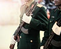 Ύλη συγκολλήσεως του Βιετνάμ στη μακροχρόνια πορεία όπλων τουφεκιών υπαίθρια Στοκ εικόνες με δικαίωμα ελεύθερης χρήσης
