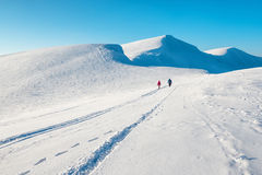 Δύο άνθρωποι στα όμορφα χειμερινά βουνά Στοκ Εικόνες
