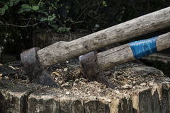 Δύο άξονες στον ξύλινο φραγμό Στοκ φωτογραφία με δικαίωμα ελεύθερης χρήσης