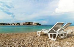 Δύο άσπρα deckchairs σε μια όμορφη παραλία στην Κροατία Στοκ Εικόνες