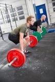 Δύο άτομα εκπαιδεύουν deadlift στο κέντρο crossfit Στοκ Φωτογραφία