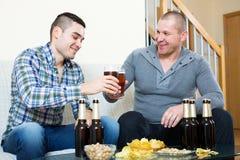Δύο άτομα που πίνουν την μπύρα Στοκ Φωτογραφίες