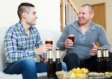 Δύο άτομα που πίνουν την μπύρα Στοκ φωτογραφία με δικαίωμα ελεύθερης χρήσης