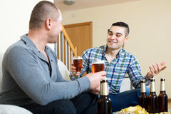 Δύο άτομα που πίνουν την μπύρα Στοκ Εικόνα