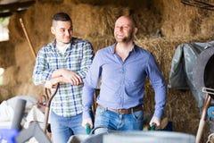 Δύο αγρότες που εργάζονται στη σιταποθήκη Στοκ φωτογραφία με δικαίωμα ελεύθερης χρήσης