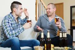 Δύο ανθρώπων με την μπύρα καθίστε και μιλήστε Στοκ Φωτογραφία