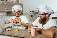 Δύο αρχιμάγειρες που μαγειρεύουν στην κουζίνα Στοκ Φωτογραφίες