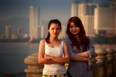 δύο βιετναμέζικα μακρυμάλλη κορίτσια brunette Στοκ Φωτογραφία