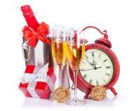 Δύο γυαλιά σαμπάνιας, μπουκάλι στο δοχείο ψύξης και ρολόι Στοκ εικόνα με δικαίωμα ελεύθερης χρήσης