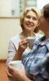 Δύο γυναίκες πίνουν το τσάι στο μπαλκόνι Στοκ φωτογραφία με δικαίωμα ελεύθερης χρήσης