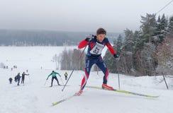 Δύο διαγώνια κάνοντας σκι άτομα χωρών που τρέχουν γρήγορα ανηφορικά, ένα πέφτουν Στοκ εικόνα με δικαίωμα ελεύθερης χρήσης