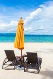 Δύο καρέκλες σαλονιών με την ομπρέλα θαλάσσης Στοκ Εικόνες