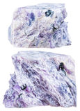 Δύο κομμάτια του κρυστάλλινου βράχου charoite που απομονώνονται Στοκ Φωτογραφία