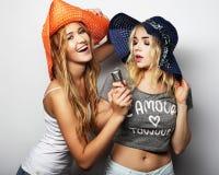 Δύο κορίτσια ομορφιάς με ένα μικρόφωνο Στοκ Εικόνες