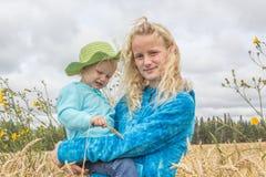 Δύο κορίτσια σε έναν τομέα σίτου Στοκ φωτογραφία με δικαίωμα ελεύθερης χρήσης
