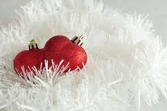 Δύο κόκκινα μπιχλιμπίδια μορφής καρδιών Στοκ φωτογραφία με δικαίωμα ελεύθερης χρήσης
