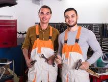 Δύο μηχανικοί στο εργαστήριο Στοκ Εικόνα